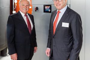 Klaus Schnepf, Geschäftsführer der Schnepf Planungsgruppe (links), und Prof. Dr. Martin Viessmann vor der Wärmepumpen-Anlage in der Energiezentrale des neuen Firmengebäudes