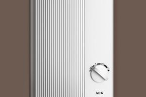 Links: In den Duschanlagen übernehmen die elektronisch gesteuerten Durchlauferhitzer die Warmwasserversorgung. Die Steuerelektronik sorgt für eine gute Temperaturkonstanz