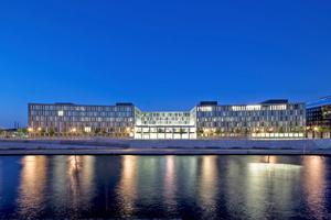 Nachts ist das neue BMBF-Gebäude in exponierter Lage direkt an der Spree ein besonderer Blickfang. Innen und außen hilft das LED-Beleuchtungssystem, Strom zu sparen