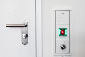Tür mit elektronischem Schließzylinder, Nottürterminal und Kartenlesegerät; rund 1000 Türen in 175 Varianten werden abgesichert