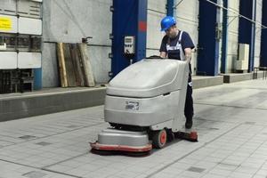 Neben starken Reinigungsmaschinen kommt bei der Bodenpflege der Hochleistungsreiniger SR 15 zum Einsatz