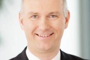 """""""Die Zukunft gehört den großen Anbietern, die das immobiliennahe Triple Play beherrschen – also alle Leistungen des Facility Managements und des Property Managements aus einer Hand als Volldienstleister anbieten können. Dafür sehen wir eine sich verstärkende Nachfrage, zum Teil noch objektbezogen, zunehmend aber auch für ganze Portfolien.""""<br />Dr. Jörg Rosdücher, Vorsitzender der Geschäftsführung, Strabag PFS<br />&nbsp;<br />"""