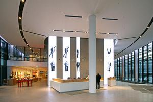 Moderne Empfangshalle im Campus mit Vodafone-Shop und Kaffeebar