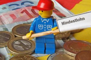 Das Mindestlohngesetz hält für denjenigen, der sich Subunternehmer für seine Dienst- oder Werkleistungen bedient, eine Überraschung bereit...