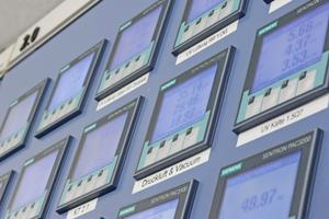 Die 7KM PAC Messgeräte von Siemens messen elektrische Energiedaten wie Spannungen, Strömen, Leistungen, Energiewerten und Frequenzen