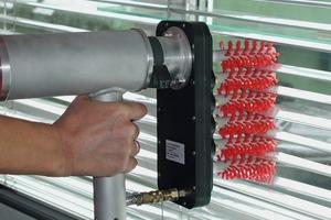 Die Bürsten werden mit einem mobilen Handgerät direkt in die horizontalen Lamellen eingeführt und reinigen dann durch Rotation und der Zuführung von Wasser<br />