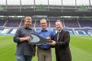 (v. links) Christian Martin und Stephan Schittek sowie Winkhaus Objektberater Oliver Wichert bei der symbolischen Schlüsselübergabe