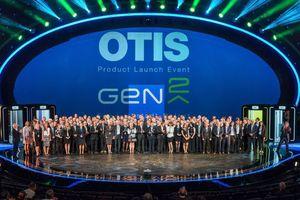 Otis stellte die neue Aufzugsgeneration im Berliner Fiedrichstadt-Palast vor. Geschäftsführer Hoffman und das Otis-Vertriebsteam auf der Bühne. <br />
