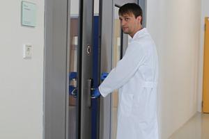 Nur berechtigtes Personal hat Zutritt zu den mit mechatronischen Beschlägen abgesicherten Räumen