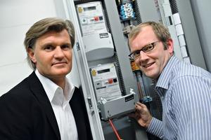 Jan-Oliver Heidrich, Geschäftsführer EHA, und Jörg Geurink, Leiter EnergieServices EHA, vor einem Zähler in einer Rewe Liegenschaft