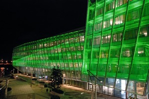 Die Unilever Firmenzentrale liegt direkt an der Elbe, mitten in der Hamburger Hafencity. Das Gebäudemarkiert das Ende einer Verkehrsachse von der Innenstadt zur Promenade am Strandkai – in unmittelbarer Nachbarschaftvon Hafen undKreuzfahrt-Terminal<br />