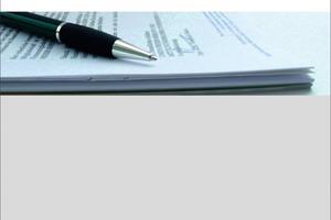 """<p>Durch die neue HOAI 2009 ergeben sich für Architekten und Ingenieure zahlreiche Änderungen, z. B. die Abkoppelung der Honorare von den Baukosten, Bonus/Malus-Regelungen, geänderte Umbauzuschläge – dies muss auch in den Verträgen entsprechend berücksichtigt werden. Der Ratgeber """"Architektenvertrag"""" ermöglicht allen am Bau Beteiligten einen sicheren Umgang mit Architekten- und Ingenieurverträgen nach neuer HOAI 2009. Ein Mustervertrag sowie 30 individuell anpassbare Musterbriefe sind als Word-Vorlagen auch online abrufbar. Ein erfahrenes Autorenteam aus Rechtsanwälten und Architekten erläutert in diesem Handbuch die notwendigen Vertragsinhalte und ermöglicht so eine faire Regelung der Rechte und Pflichten zwischen Bauherren und Planern. Insbesondere der Umfang der vom Planer geschuldeten Leistungen steht dabei im Mittelpunkt. Unterschiedliche Planungsaufgaben und Projektkonstellationen sowie Leistungen nach und außerhalb der HOAI werden berücksichtigt.</p><p></p>RA Ralf Kemper, RA Dr. Alexander Wronna, Prof. Dirk R. Blomeyer. 2009; 202 Seiten mit Mustervertrag und 30 Musterbriefen, 49 € Subskriptionspreis bis 31.Oktober 2009. ISBN 978-3-481-02514-4 ; Verlagsgesellschaft Rudolf Müller GmbH &amp; Co. KG, 50933 Köln,  www.baufachmedien.de<br /><div class=""""""""></div><div class=""""""""><br /></div><div class=""""""""><br /></div><div class=""""""""><br /></div>"""