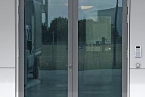 Lieferanteneingänge sind mit Motorschlössern ausgestattet und werden über Wandterminals betätigt