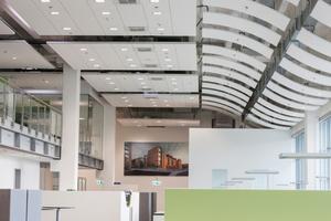 Im Zentrum des neu gestalteten Großraumbüros der Firma Heinemann wurde auf rund 200 Quadratmetern eine zweite Ebene mit Arbeitsplätzen eingezogen, darunter befinden sich Besprechungs- und Serviceräume
