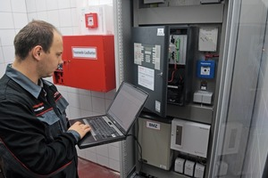 Sowohl Rauchschalter wie auch die Brandmeldeanlagen (im Bild ein Mitarbeiter der Sauter Elektrotechnik) müssen regelmäßig gewartet werden, um ihre zuverlässige Funktion sicherzustellen<br />